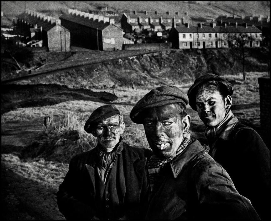 Trois générations de mineurs. Une ville galloise de mine de charbon, Pays de Galles - Grande-Bretagne. 1950 © W. Eugene Smith | Magnum Photos
