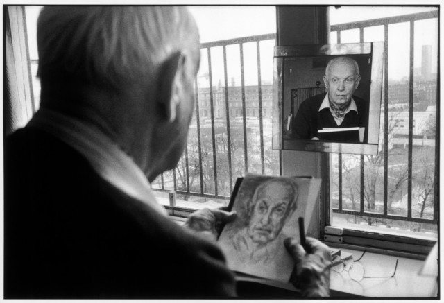 1992年布列松在家中作畫。(圖片取自/Magnum Photos)