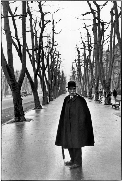 布列松拍攝路樹前的男子。(圖片來源/取自馬格蘭官方網頁)