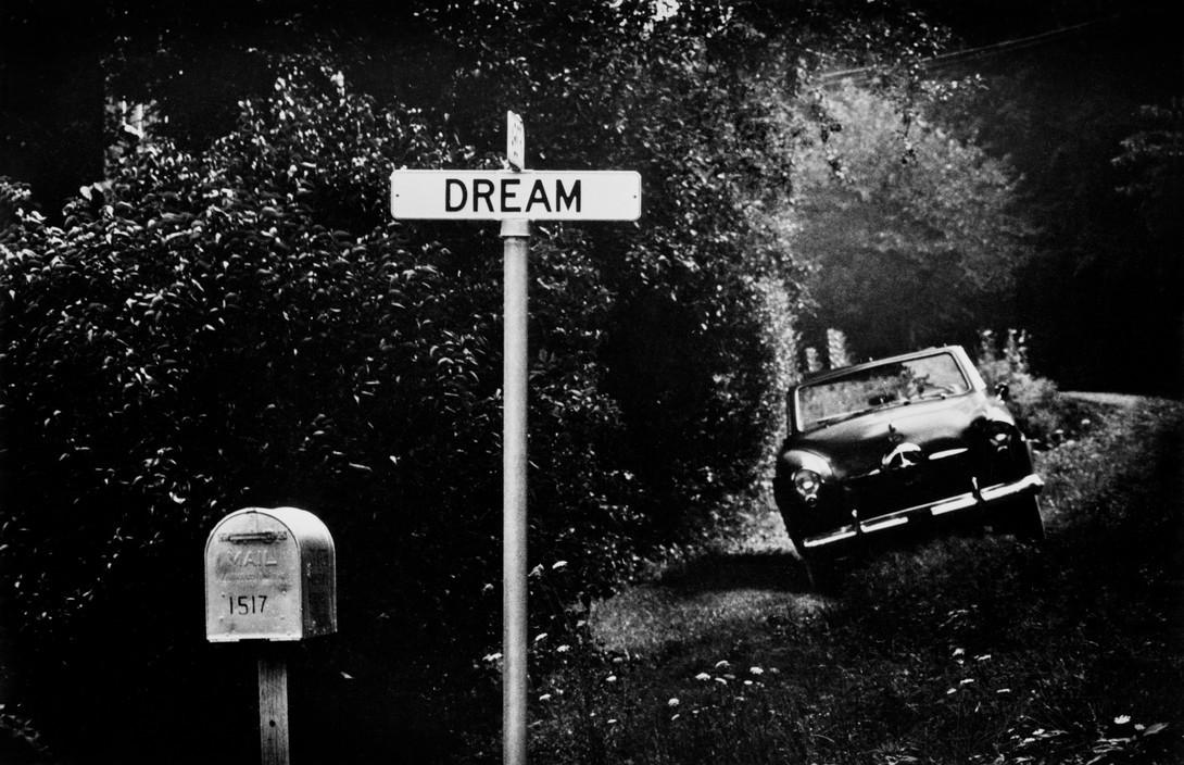 'Dream'. Un panneau de rue dans un district pauvre. Pittsburgh, Pennsylvanie, E.U. 1955. © W. Eugene Smith | Magnum Photos