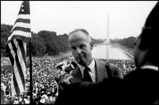 1957年,站在馬丁.路德前面拍照的布列松。(圖片取自/Magnum Photos)