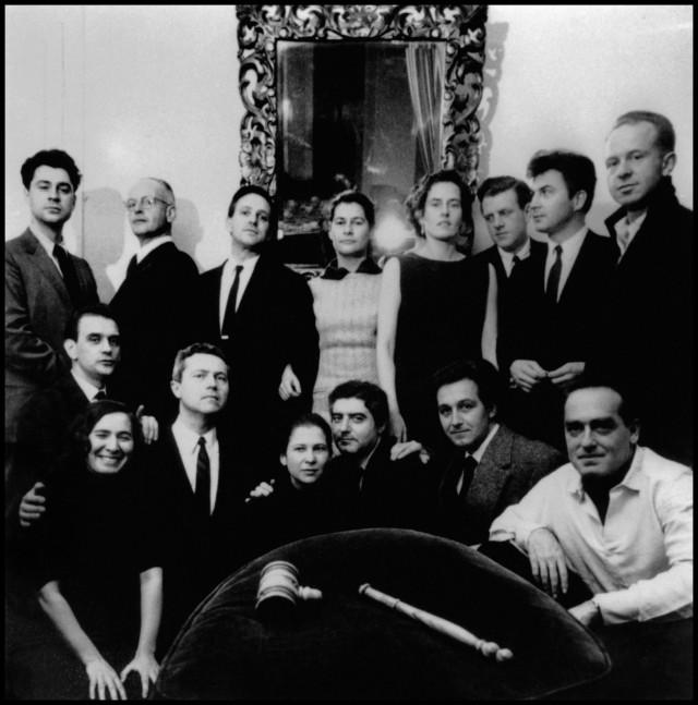 1957年馬格蘭通訊社在法國巴黎的年會,布列松為後排左二。(照片取自/Magnum Photos)