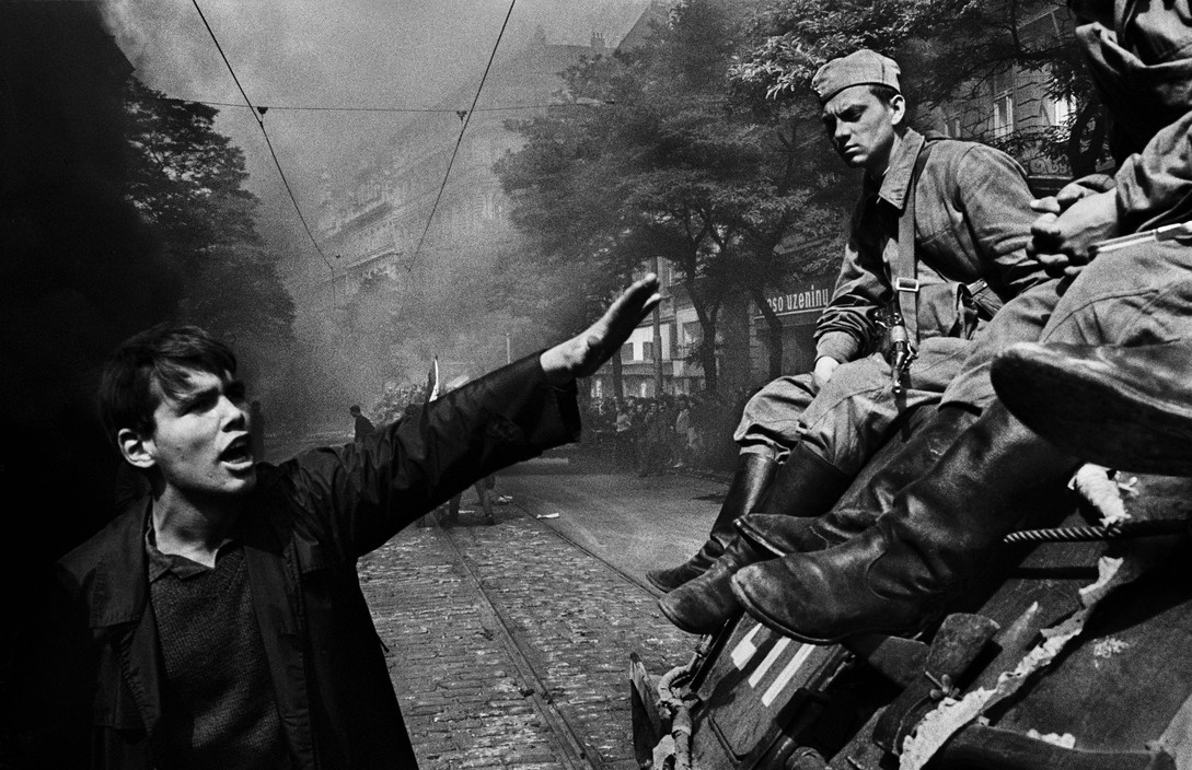 Invasion 68: Prague Invasion by Warsaw Pact troops in front of the Radio headquarters. Prague, Czechoslovakia. August, 1968. © Josef Koudelka。(取自Magnum Photos)