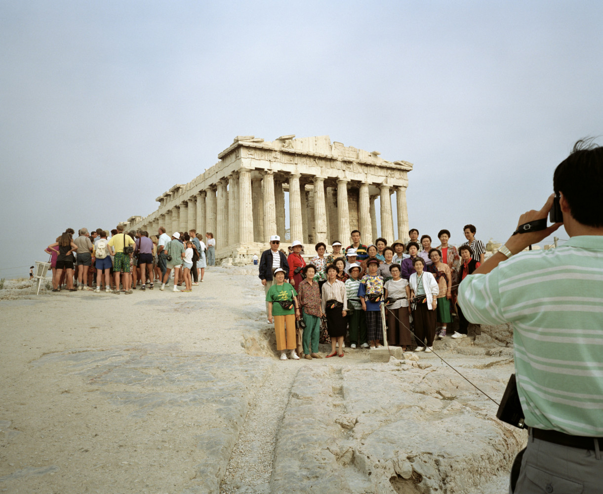 Martin Parr, The Acropolis. From 'Small World'. Athens, Greece. 1991。(取自Magnum網頁)