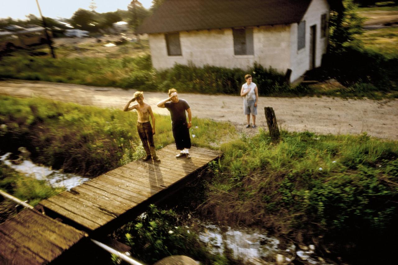 Robert Kennedy funeral train. USA. 1968. © Paul Fusco。(取自Magnum Photos)