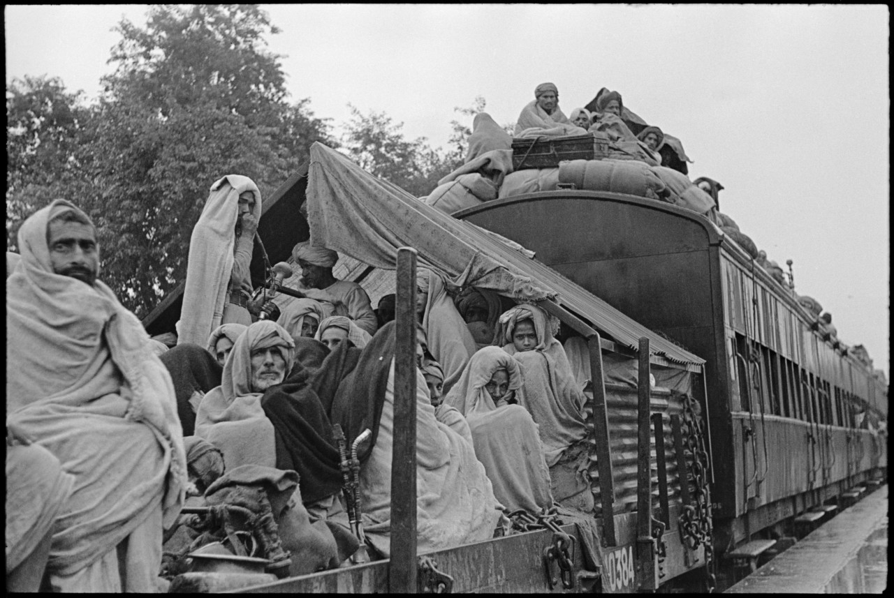 refugee train black and white henri cartier-bresson